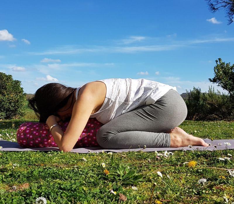 La position Balasana, la position de l'enfant avec le bolster